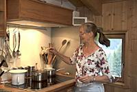 Maria confectionnant un baume aux plantes sauvages, ferme auberge Unterstein, vacances a la ferme, Villabassa /Niederdorf, Val Pusteria, Region du Tre...