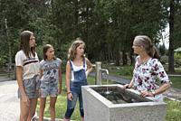 jeunes filles au parcours Kneipp de Villabassa /Niederdorf, Val Pusteria, Region du Trentin-Haut-Adige, Tyrol du Sud, Italie, Europe du Sud/young girl...