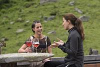 Verena et Raffaela buvant un verre de Spritz sur la terrasse du restaurant d'altitude Knuttenalm, Vallee du Riva (Val di Riva en italien, Reintal en a...