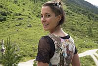 Verena portant un dirndl (costume feminin traditionnel des Alpes germanophone) d'une maniere originale, restaurant d'altitude Knuttenalm, Vallee du Ri...