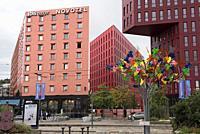 Arbre multicolore de l'artiste Philippe Million sur le parvis de la gare face a l'Ilot Poste-Weiss (Architectes: ECDM), quartier Chateaucreux, Saint-E...