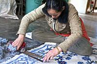 Tibetan carpet factory, scissor cut giving relief to patterns. Mac-Léod-Ganj, HP, india.