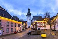 Alter Markt mit Maximilianbrunnen, Haus zur Krim und Glockenturm, Arnsberg, Hochsauerlandkreis, Nordrhein-Westfalen   Old Market with historic Haus zu...