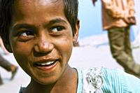 a child's gaze on the ghats of Bénares, india.