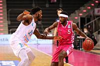 Bonn, Germany, 14.02.2021, Telekom Dome, Basketball Bundesliga, Telekom Baskets Bonn vs Syntainics MBC Weissenfels: bn15 und Josh Hagins (Bonn)   batt...