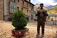 Statue to the Aragonese giant in Sallent de Gállego. Tena valley. Huesca.