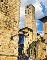 San Gimignano, Siena Province, Tuscany, Italy. Typical street scene. The historic centre of San Gimignano is a UNESCO World Heritage Site.