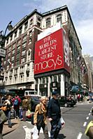 The Macy´s department store at the intersection of Broadway and 34th Street in New York. Claims to be the world´s largest department store, which is n...