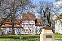 Denkmal Georg Kardinal Kopp und Fachwerkhäuser in Duderstadt, Niedersachsen, Deutschland   Statue of Georg Kardinal Kopp and Timber framed houses and ...