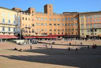 Piazza del Campo, tourists, Fountain Gaia, hotels, restaurants, gasts, shadow.
