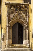 Gothic pointed arch portal with the figurines of ´ Schutz und Trutz´, Old Town Hall of Regensburg, Bavaria, Germany.