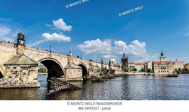 Vltava river with Charles Bridge or Karluv most, UNESCO World Heritage Site, Prague, Hlavní mesto Praha, Czech Republic
