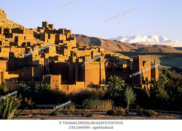 The world-famous kasbahs (= fortress) at Ait Benhaddou are under the auspices of the UNESCO. In the background the snow-capped High Atlas mountains