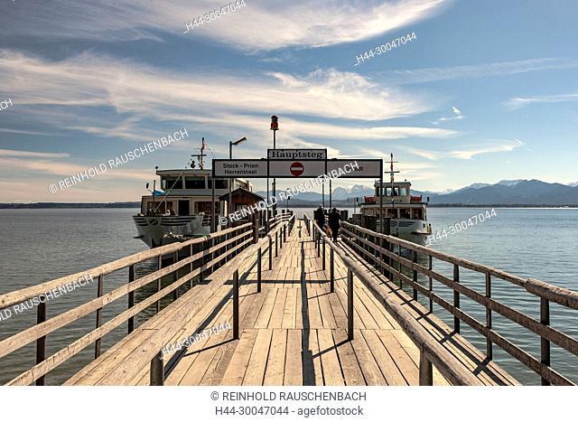 Am Hauptsteg in Frauenchiemsee liegen zwei Schiffe der Chiemseeschiffahrt an. Von hier aus führen Linien nach Stock, Prien und zur Herreninsel sowie nach Gstadt