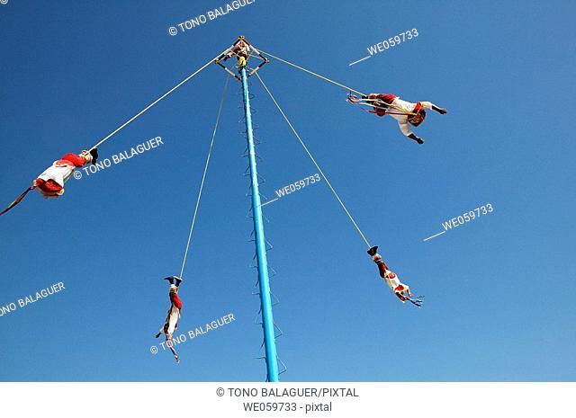 'Voladores' (flyers) perform Totonac Native ritual, Mexico
