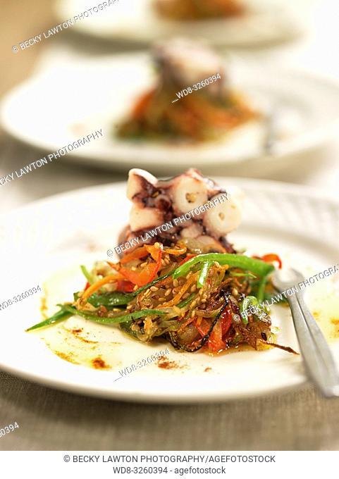fideos de verduras salteados con pulpo