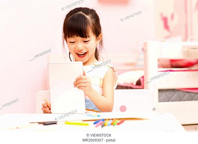 The little girl in the use of tablet PC