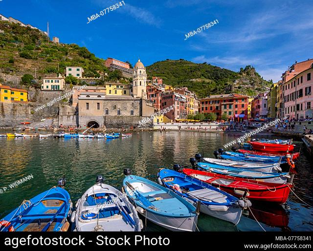 Colourful houses and boats in the fishing village of Vernazza, UNESCO World Heritage Cultural Site, Cinque Terre National Park, Vernazza, Liguria, Italy, Europe