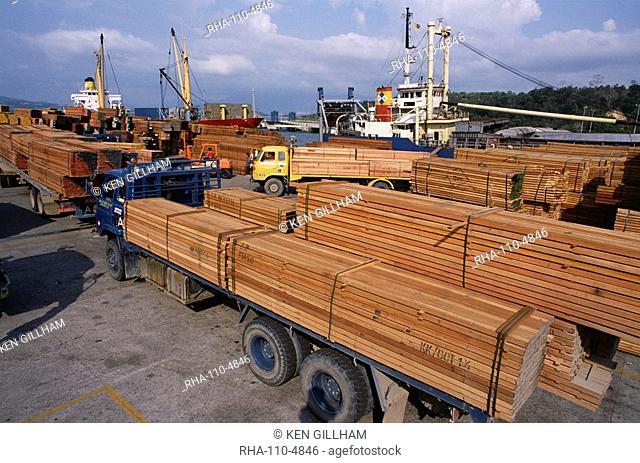 Loading timber for export, Kota Kinabalu, Sabah, island of Borneo, Malaysia, Southeast Asia, Asia