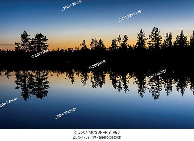 Abenddaemmerung an einem Waldsee, Norrbotten, Lappland, Schweden, August 2015