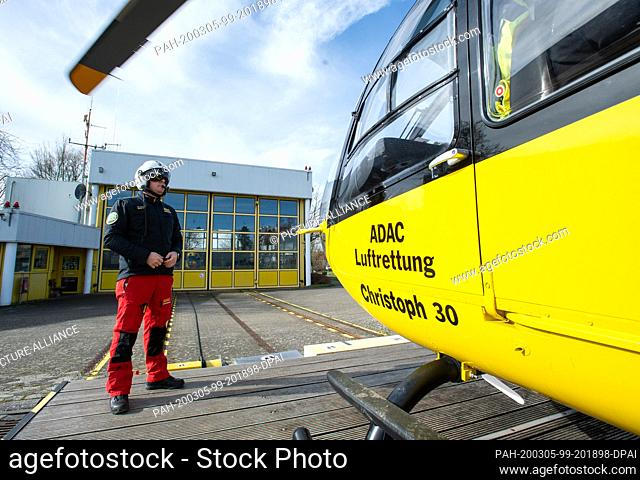 02 March 2020, Lower Saxony, Wolfenbüttel: At the Wolfenbüttel Air Rescue Station at the Wolfenbüttel Hospital, emergency paramedic Martin Losse is about to...