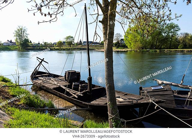 The Boat called Dame Perinelle (Scute of Loire) is classified Fluvial Cultural Heritage, built by the Cher River Boatmen Association, over the Cher River