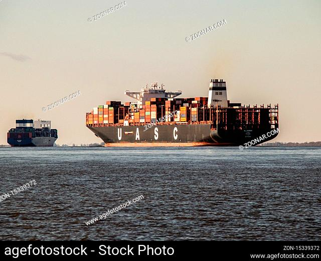 Zwei Containerschiffe auf dem Weg zur Nordsee und wohl auch weiter