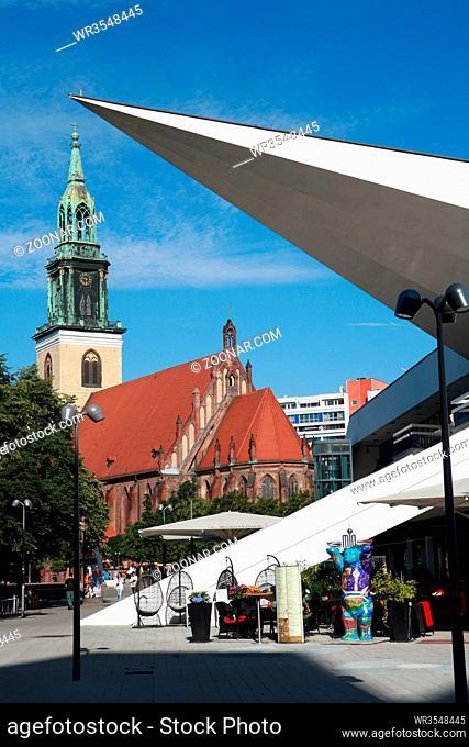 Sankt Marienkirche und Basis des Fernsehturms am Alexanderplatz