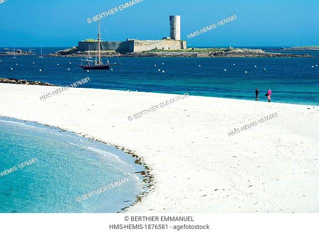 France, Finistere, Fouesnant, Archipelago Glenan, beach and tombolo between Saint Nicolas island and Bananec island