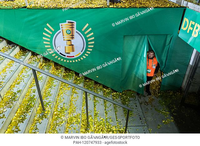 A security man looks behind a curtain. GES / Soccer / DFB-Pokal: Final: RB Leipzig - FC Bayern Munich, 25.05.2019 Football / Soccer: DFB cup: Final: RB Leipzig...