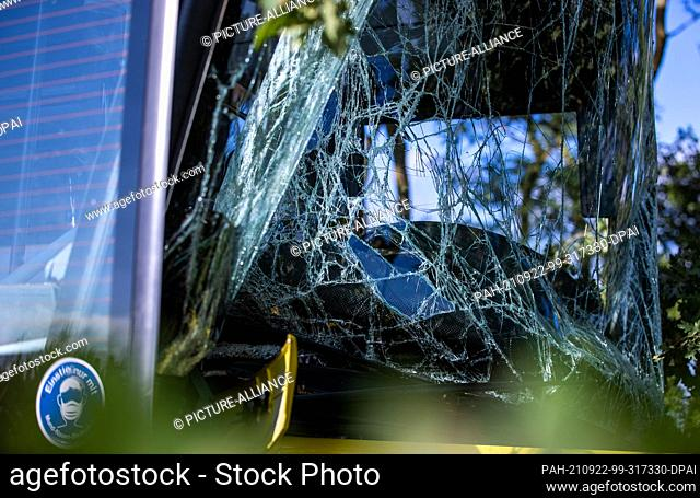 22 September 2021, Mecklenburg-Western Pomerania, Plate: After a bus accident with several injured primary school pupils
