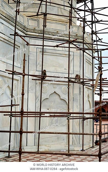 View of a mosque within the grounds of the Taj Mahal, an ivory-white marble mausoleum built as a tomb for Mumtaz Mahal, a Mughal Empress and chief consort of...