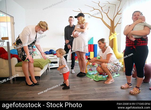 14 August 2020, Berlin: Franziska Giffey (SPD, l), Federal Minister for Family Affairs, visits the Kinderhaus Berlin-Mark Brandenburg e.V