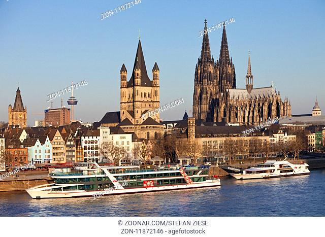 Stadtpanorama mit Rhein, Rathausturm, Kirche Gross Sankt Martin und Koelner Dom, Koeln, Nordrhein-Westfalen, Deutschland, Europa