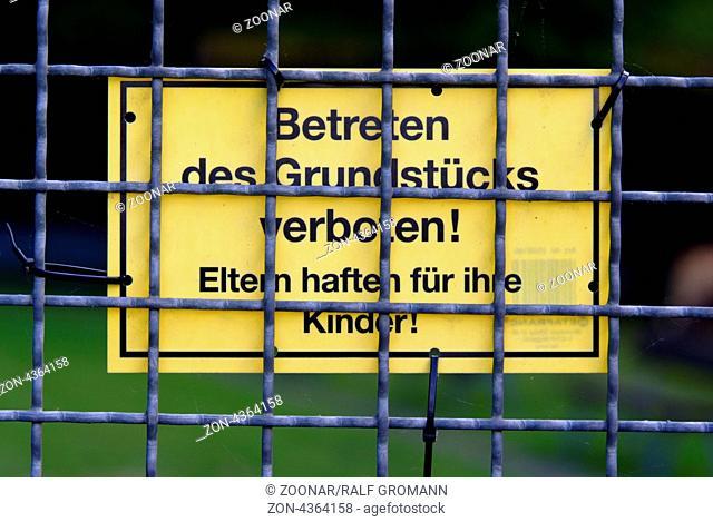 Schild an einem Bauzaun mit der Aufschrift: Betreten des Grundstücks verboten! Eltern haften für ihre Kinder!