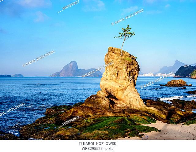 View over Icarai Rocks towards Sugarloaf Mountain, Niteroi, State of Rio de Janeiro, Brazil, South America