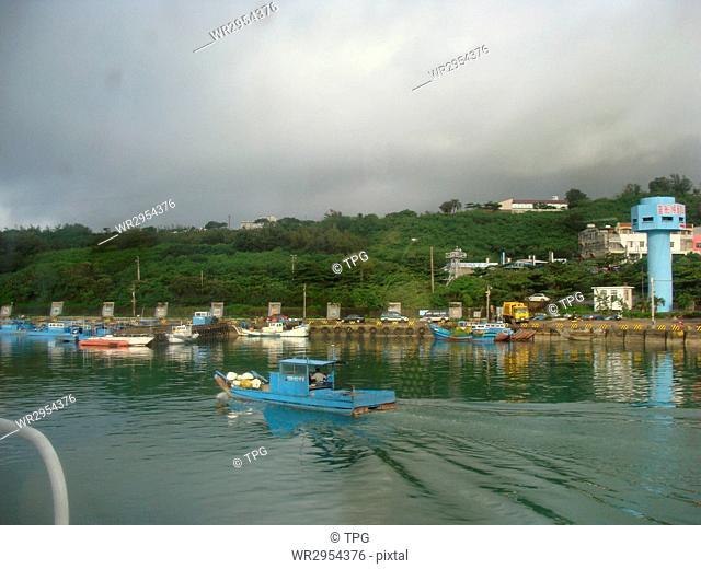 Back wall lake fishing port