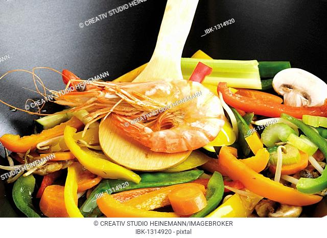 Wok with mixed vegetables and prawns
