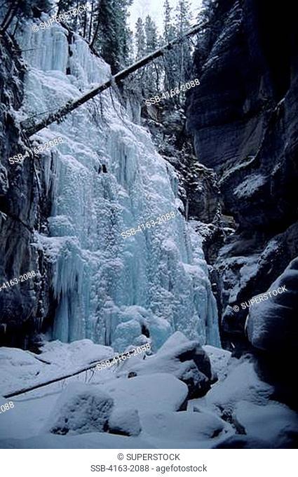 CANADA, CANADIAN ROCKIES, ALBERTA, JASPER, MALIGNE CANYON, IN WINTER, FROZEN WATERFALL