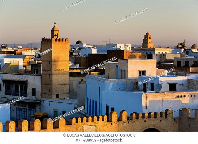Tunez: Kairouan Medina  In background at right, minaret of the Great Mosque
