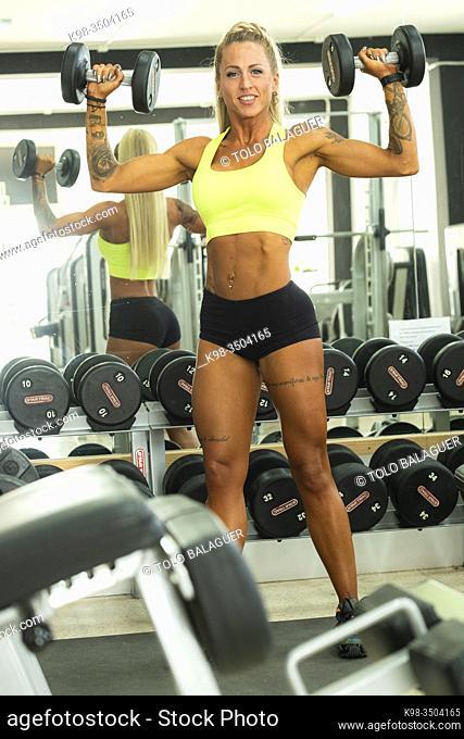 mujer entrenando pesas en un gimnasio, llucmajor, Mallorca