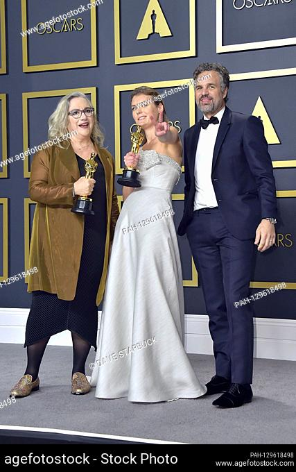 Carol Dysinger, Elena Andreicheva (best documentary short film 'Learning to Skateboard in a Warzone') and Mark Ruffalo in the press room of the 2020 / 92nd...