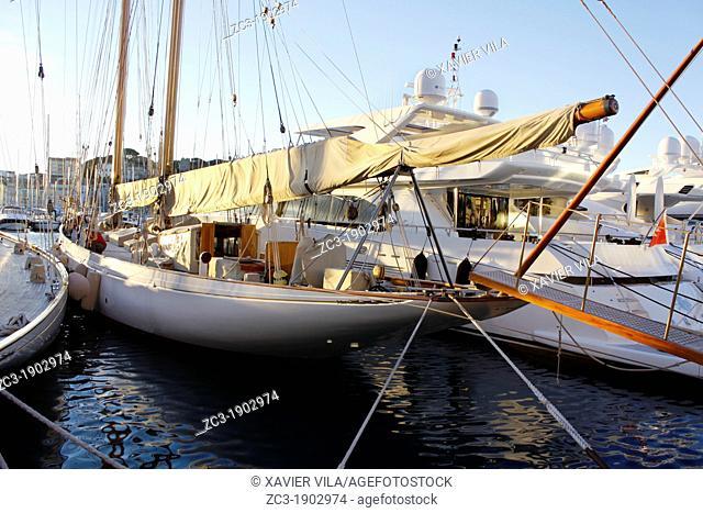 Yachts docked on the old port, Cannes, Alpes-Maritimes, Provence-Alpes-Côte d'Azur, France