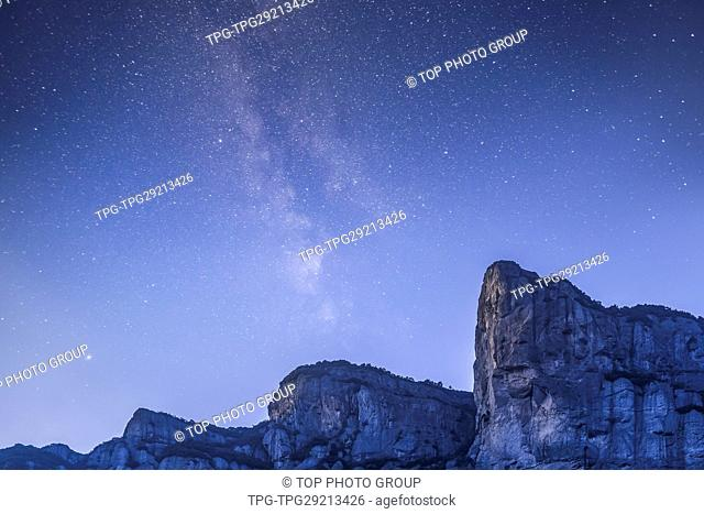 Xianju mountain under starry sky