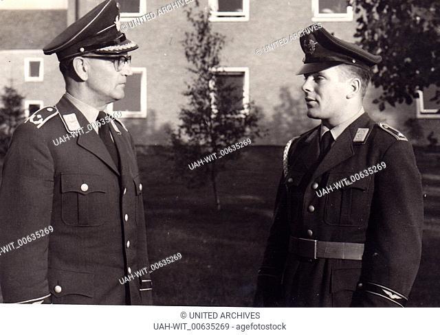 Der Kompaniechef und sein Kompaniefeldwebel bei der Meldung., Sammlung Wittmann