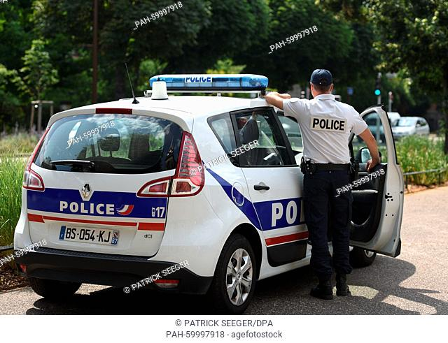 ILLUSTRATION - an officer of the Police Nationale stands next to a patrol car in Strasbourg, France, 7 July 2015. Photo: Patrick Seeger/dpa | usage worldwide