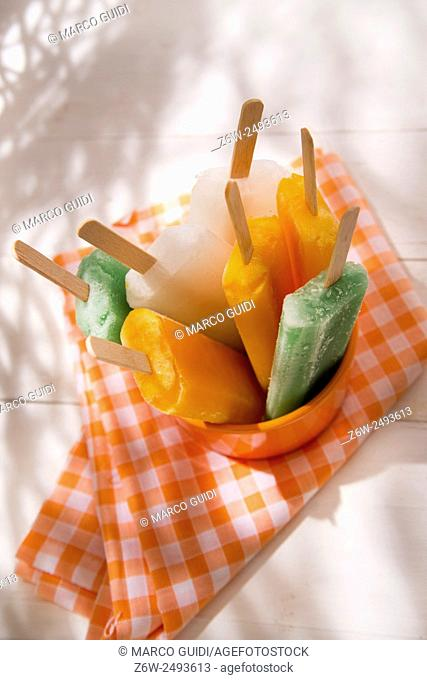 Cool off in summer with a break at the base of the fruit popsicles