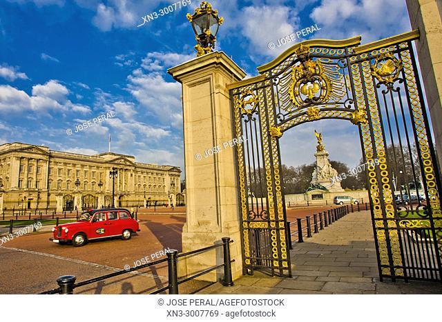 Cab, Taxi, Buckingham Palace, Victoria Memorial, City of Westminster, London, England, UK, United Kingdom, Europe