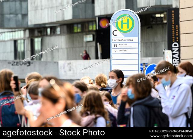 28 August 2020, Rhineland-Palatinate, Mainz: Children wait for a bus in the city centre after school. The CDU in Rhineland-Palatinate finds that school children...