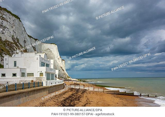 15 August 2019, England, Dover: Chalk cliffs, also called white cliffs, near the harbour town. Photo: Patrick Pleul/dpa-Zentralbild/ZB